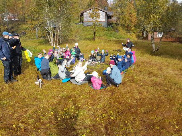 Lunsj rundt bålet på Kvamshaug